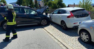 72-jähriger fährt gegen parkende Autos