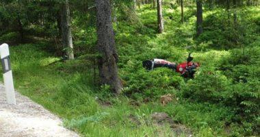 Motorradfahrer (20) kommt von Straße ab und verletzt sich schwer