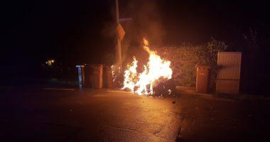 B 1: Brand von Mülltonnen in Regen